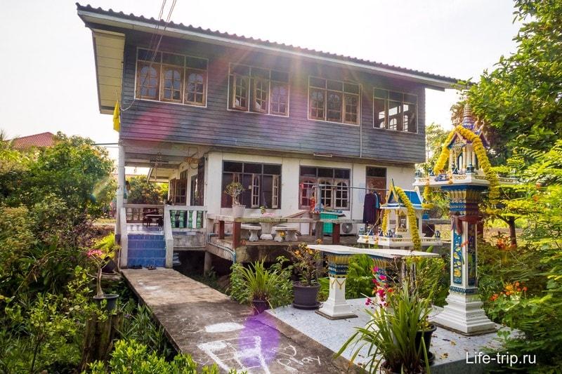 У большинства аутентичные деревянные дома