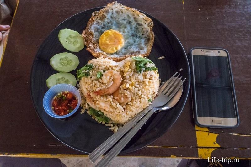 Конечно же, в одном из поселков была тайская кафешка, где я пообедал