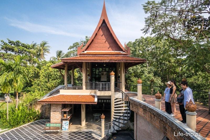 Рядом здание в тайском стиле