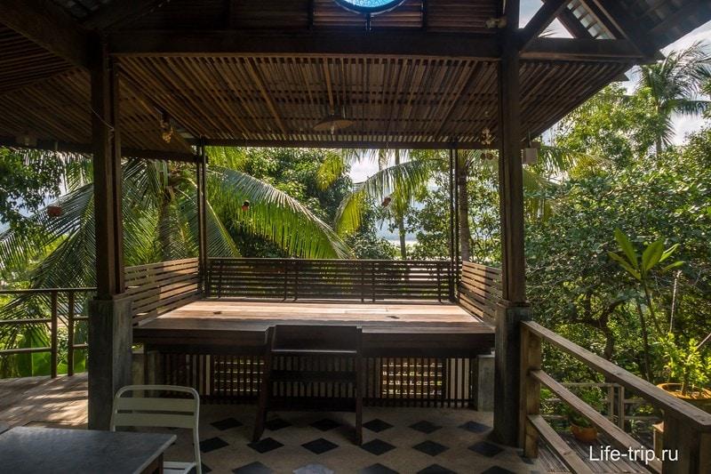 Место для отдыха около бассейна
