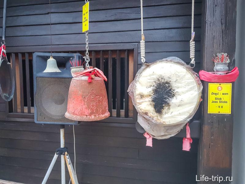Ритуальные гонги, люди ходят, молятся, стучат и звенят и только потом входят внутрь.