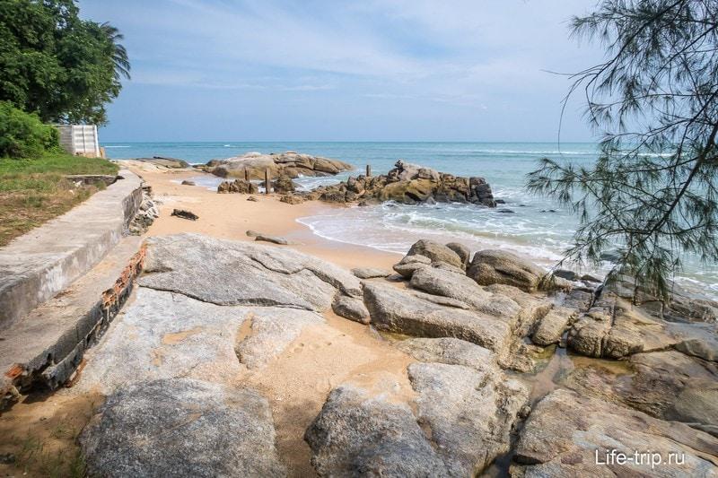 Если спуститься к морю, то там небольшой уютный пляж
