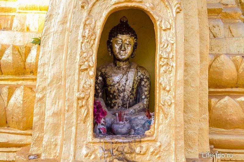 В нишах сидят Будды