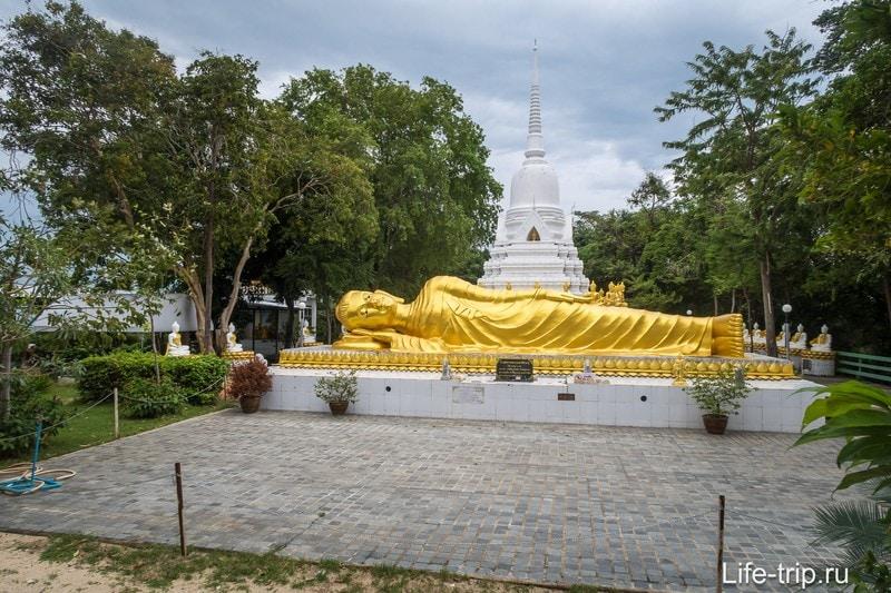 Пагода Бейби Будда позади лежащего Будды