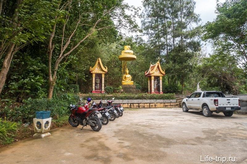 Парковка на холме Раттанакосин Чеди