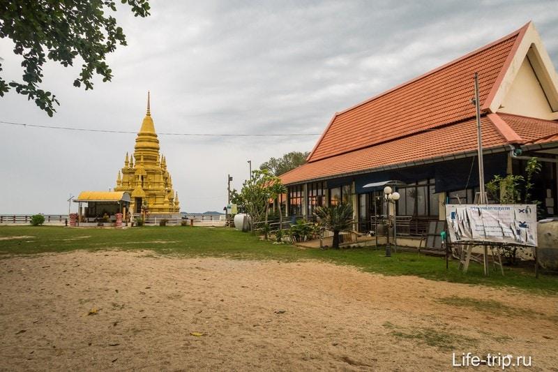 Пагода Лэм Со и справа - домики монахов.