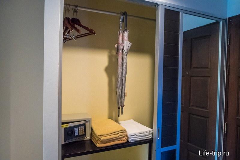 В шкафу зонтики и сейф