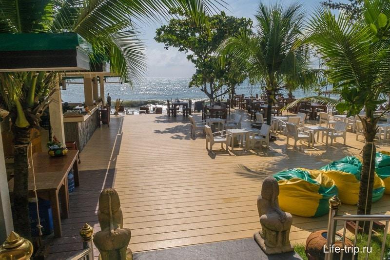 Из ресторана можно спуститься в бар на берегу