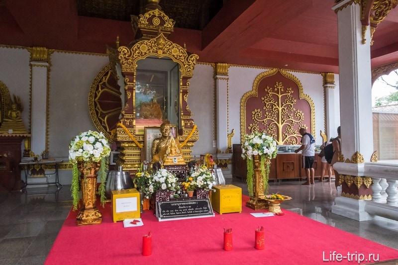 В центре - стеклянный саркофаг, а правее него обычно принимает монах