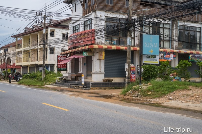 На столбе под проводами - указатель. Фото сделано по дороге от Ламаи на Хуа Танон