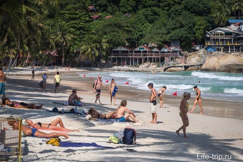 Тень есть, пляж - широкий, домов - много