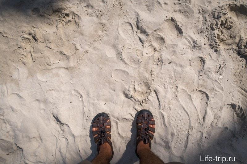 Высыхая, песок превращается в желтоватую муку. А мокрый он становится плотным, как асфальт