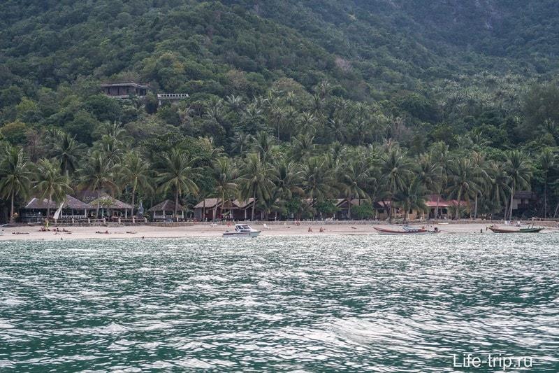 Как видно по снимкам - глубина позволяет подойти катерам вплотную к пляжу