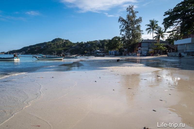 Вид вправо, пляж упирается в скалы