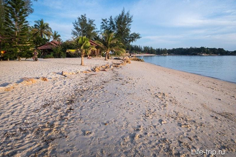 Влево пляж уходит в сторону Шритану