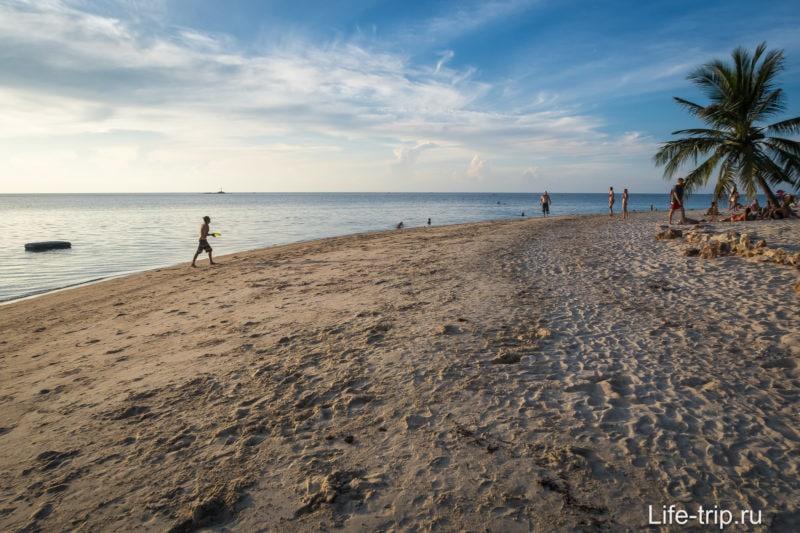 Справа пляж становится очень широким и там любят потусить копангане