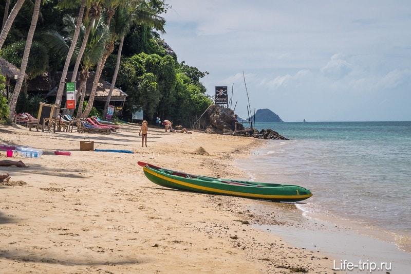 Пляж заканчивается скалами у бара, но за ними есть еще серия небольших участков с песком