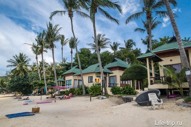 Позади места съемки - типичные пляжные бунгало