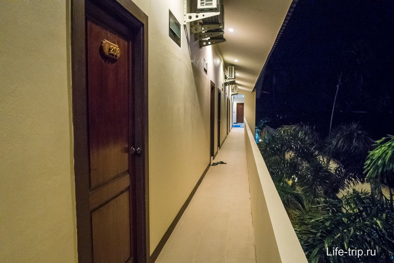 Двери из номеров выходят на улицу