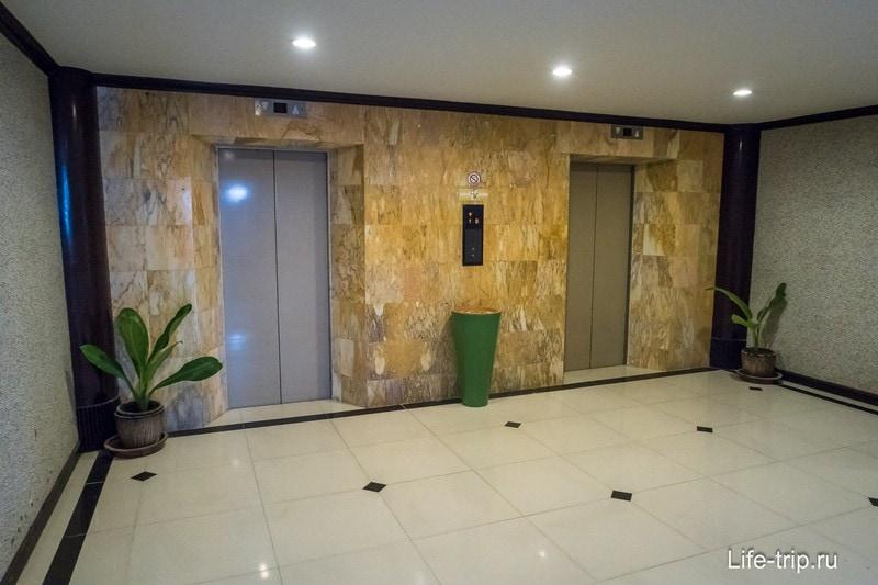 В здании есть лифты, поэтому отель подходит для тех, кто с коляской