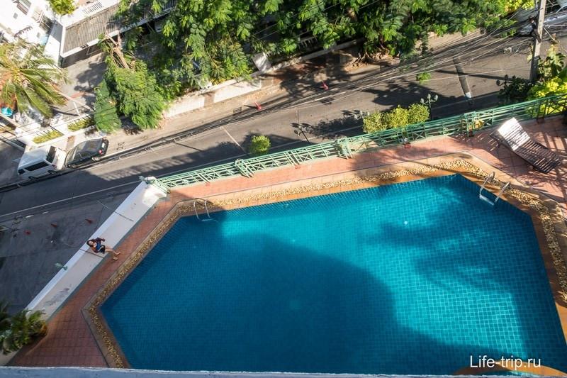 Вид с балкона вниз на бассейн