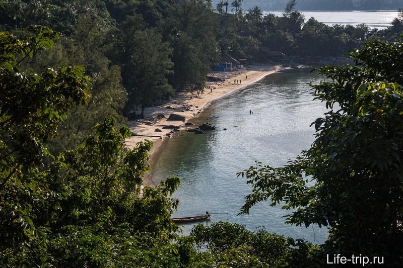 Вид с вьюпойнта на правом краю пляжа. Камни - это середина Хаад Кхома.
