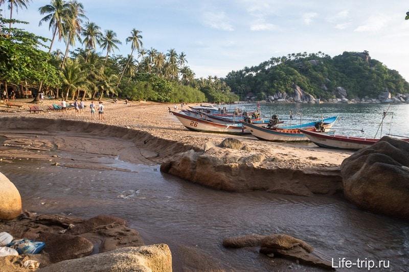 В сезон дождей она смывает нафиг метров 20 пляжа