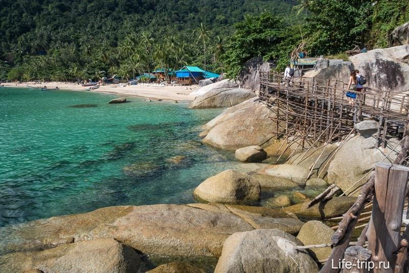Весь пляж покажу только с этой стороны, снимая по ходу движения. Вода изумительно чистая.