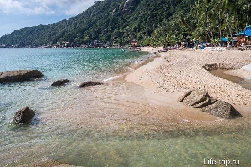 В этой части пляжа - речка, которая пересыхает в сезон жары.