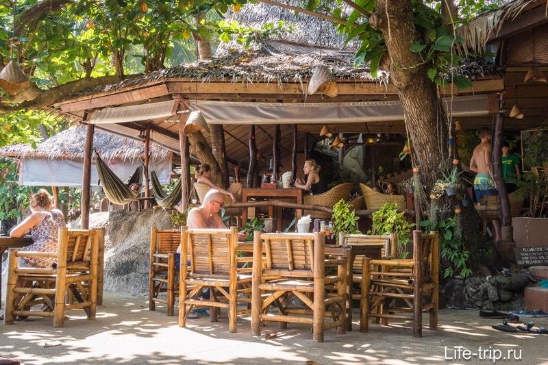 Всё очень просто, в бамбуке и пальмовых листьях
