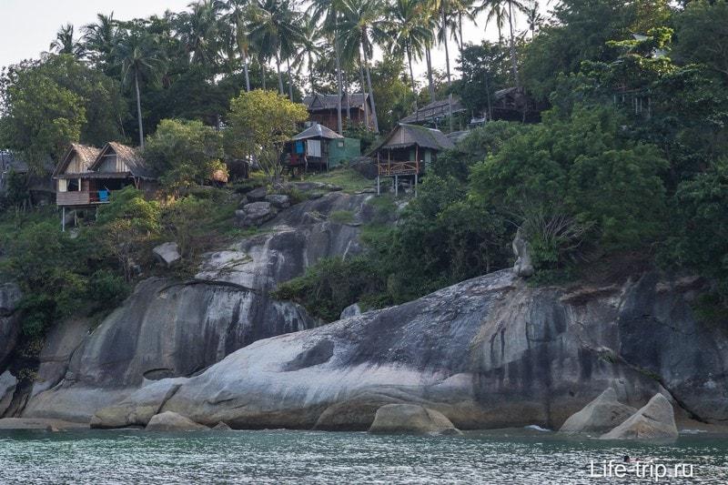 Сразу за речкой начинаются скалы с домиками.