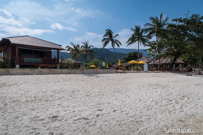 Некоторые резорты отгородились от основного пляжа заборчиками.