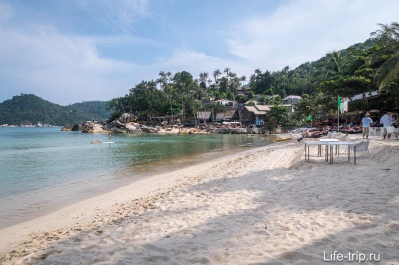 Справа скалы, на которых стоит отель Panviman Resort