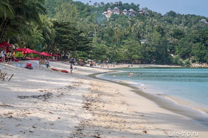 В жаркий сезон берег гораздо чище и ровнее, сейчас же из-под песка видно торчащие мешки, которыми укрепляют берег от размытия