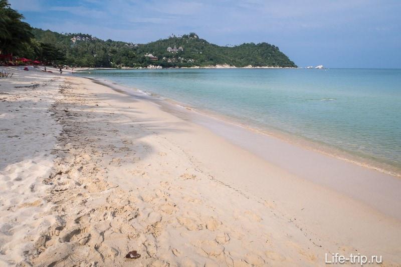 Если смотреть на море - вид идеальный, песочек воду подсвечивает.