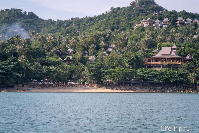 В левой части пляжа, за мысом спрятан еще один пляжик, метров 100 длиной