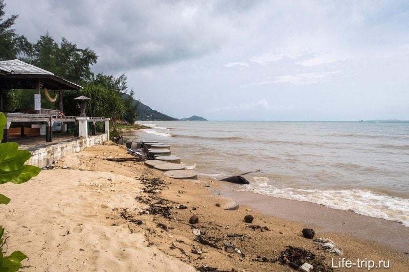 Там, где море размыло берег до зданий, его укрепляют бетонными кольцами