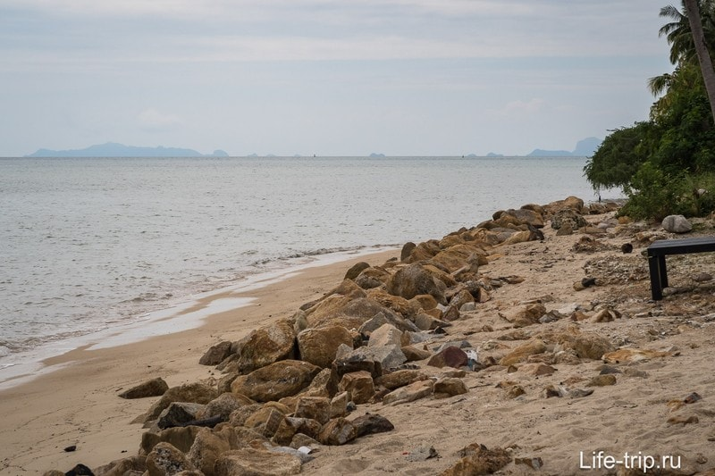 На горизонте виден рельеф Ангтонг Марина Парка