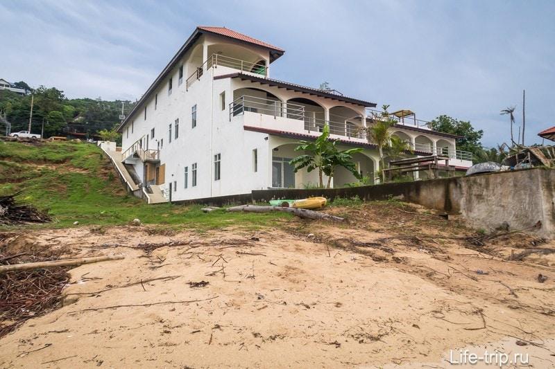 Вид со стороны пляжа на стороны Glass Cottage и Baan Jaidee Resort