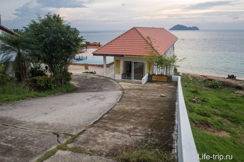 Подъезд к морю со стороны Glass Cottage и Baan Jaidee Resort