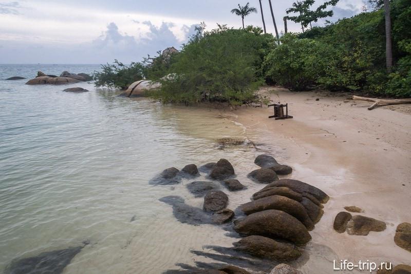 Вид вправо, из-за мангров не видно остальную часть пляжа Ао Плай Лаем