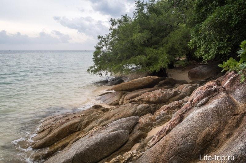 Если идти пешком по берегу, то не раньше начала отлива и не в сланцах