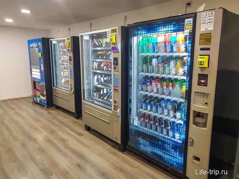 Автоматы с водой и шоколадками, цены, как в аэропорту