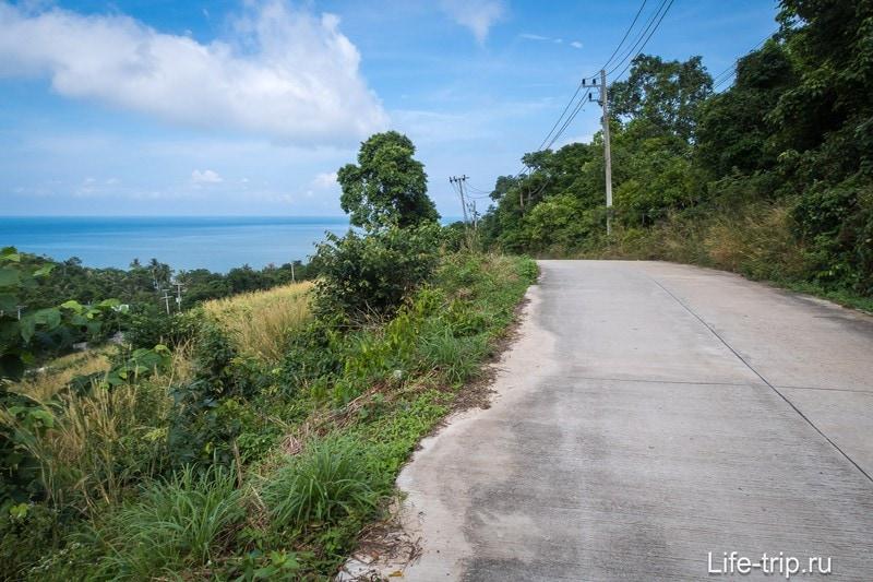 Дорога до пляжа проходит по довольно открытой местности с красивыми пейзажами.