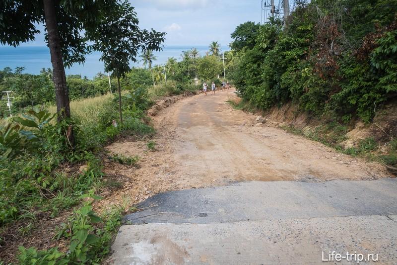 Одна из двух дорог до пляжа внезапно заканчивается грунтовкой. Ехать можно, но уже не так комфортно.