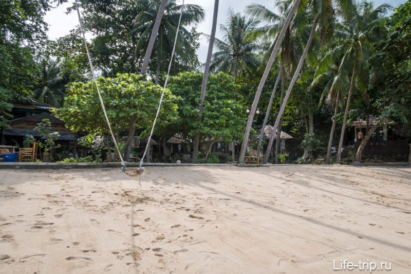 Вид назад из центра пляжа. Даже по фото видно крутизну берега.