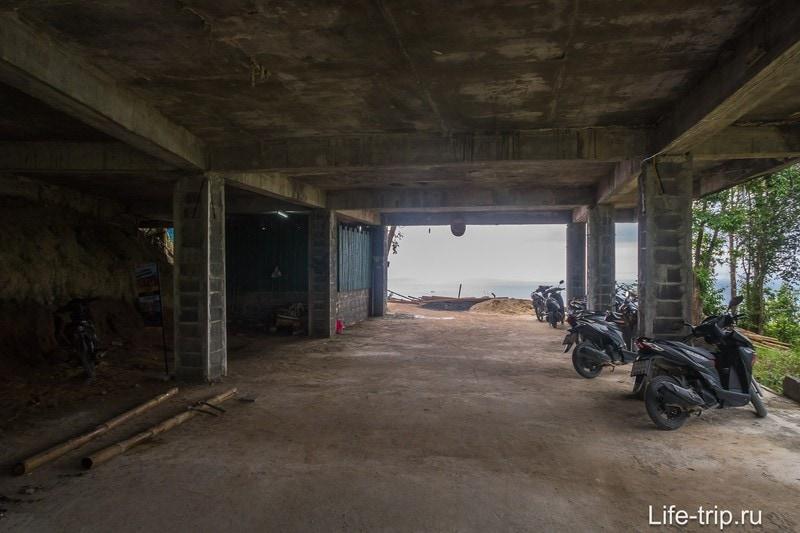 Парковка в здании под крышей