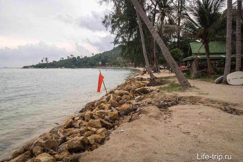Ао Най Вок, вид вправо. Пик прилива, по берегу пройти невозможно, не заходя на приватную территорию.