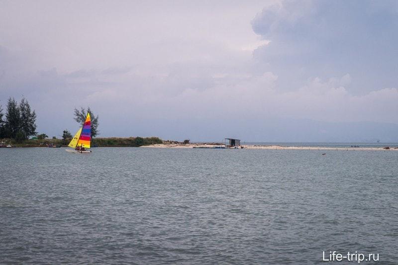Лодок тут не очень много, в центре обычно торчат какие-то сети, возможно что-то разводят рыбаки.