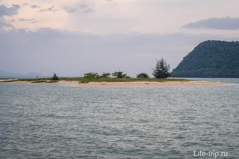 Это островок напротив левого края пляжа, сюда можно пройти пешком по воде или в обход, по песчаной косе.